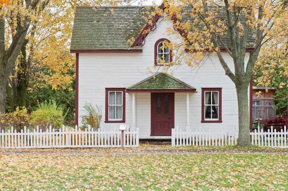 small-house-white-siding-red-trim-920px